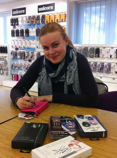 Aktualna mistrzyni świata w darcie- Anastasia Dobromyslova, podpisała nowy kontrakt z firmą Unicorn. Nowa umowa stanowi, że Anastasia Dobromyslova będzie współpracować z firmą Unicorn- wiodącą marką darterską.