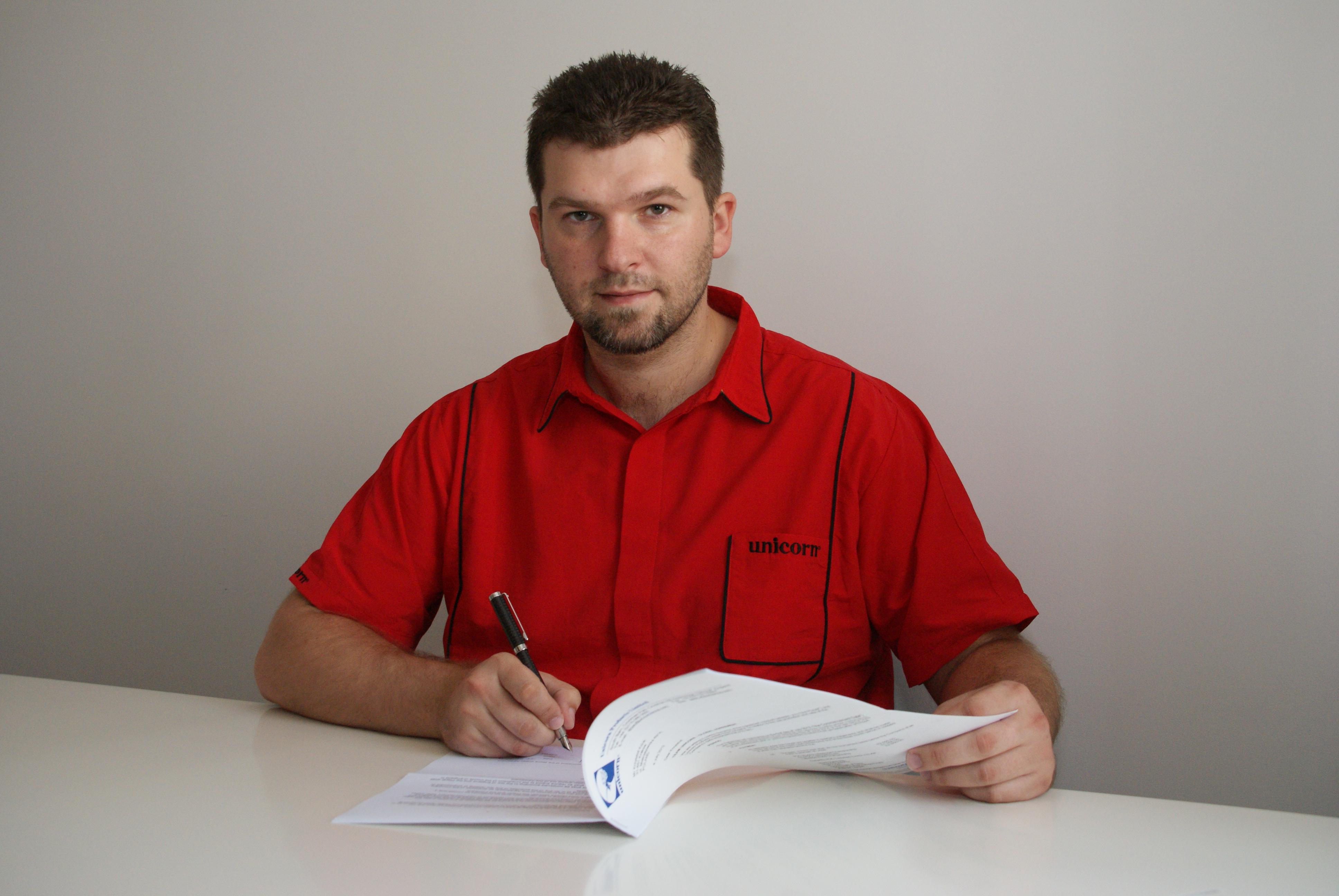 Z prawdziwą przyjemnością ogłaszam, że Krzysztof Kciuk został wybrany spośród polskich graczy przez firmę Unicorn i wstępuje do grona zawodników sponsorowanych przez wiodącą firmę darterską na świecie.